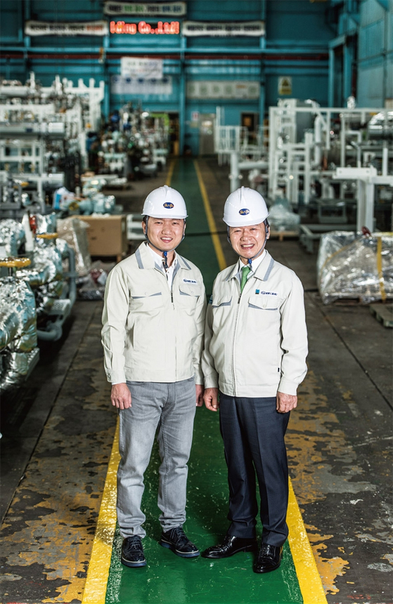 4월 11일 부산 사하구 다대동 선보공업 본사 공장에서 만난 최금식 회장(오른쪽)과 아들 최영찬 대표