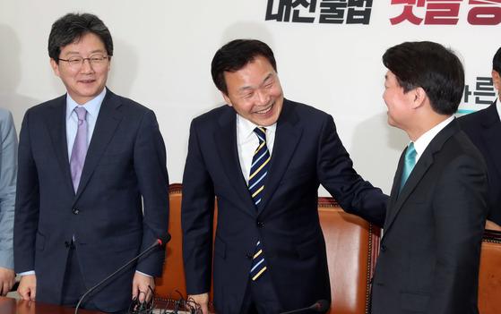 손학규 바른미래당 고문(가운데)이 3일 국회에서 선거대책위원장 수락 기자회견을 한 뒤 유승민 공동대표, 안철수 서울시장 후보와 인사하고 있다.