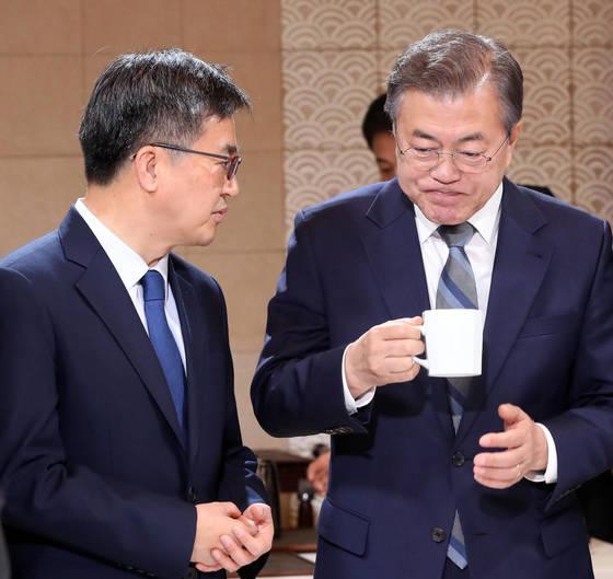 문재인 대통령(오른쪽)이 지난달 24일 오전 청와대에서 열린 국무회의 시작 전 김동연 경제부총리와 차를 마시며 대화를 나누고 있다. [청와대사진기자단]