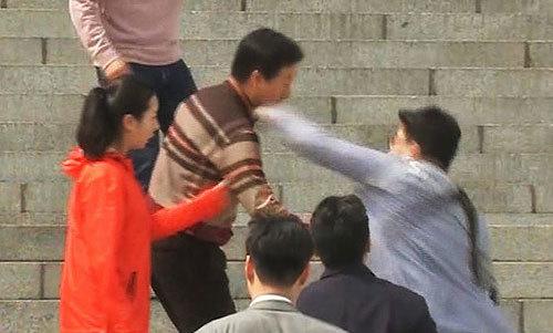 김성태 원내대표가 지난 5일 국회 본청 앞에서 김모씨에게 가격당하고 있다. [사진 MBN 캡처]