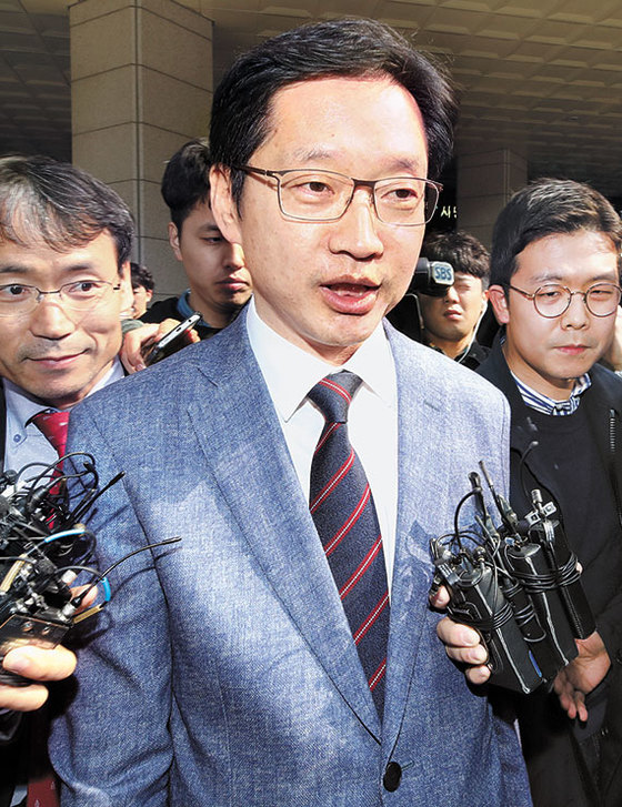 김경수 의원이 지난 5일 서울지방경찰청에서 조사를 마친 뒤 취재진의 질문에 답하고 있다. [뉴시스]