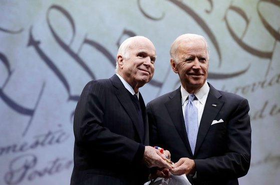 존 매케인 상원(왼쪽)과 조 바이든 전 부통령. [뉴욕타임스 캡처]
