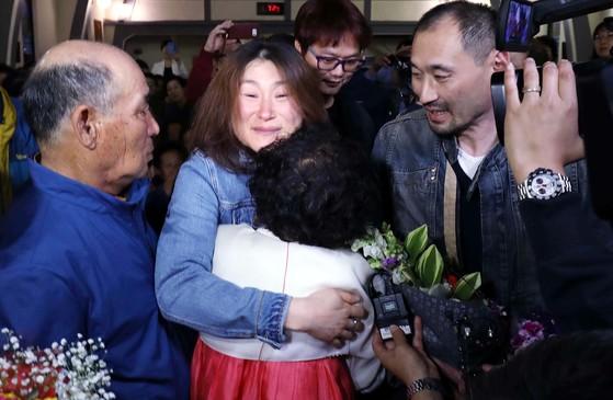 37년 만에 만난 어머니 윤복순씨와 눈물의 포옹을 하고 있는 김영숙씨(왼쪽 둘째). 아버지 김원제씨(왼쪽)와 오빠 영훈씨(오른쪽)가 이 모습을 지켜보고 있다. [프리랜서 김성태]