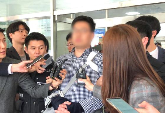 김성태 자유한국당 원내대표를 폭행한 혐의를 받는 피의자 김모(31)씨가 7일 오후 구속 전 피의자 심문(영장실질심사)을 받기 위해 서울 영등포경찰서를 나서고 있다. 오원석 기자