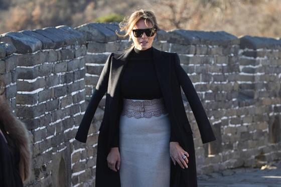 미국 퍼스트레이디 멜라니아 트럼프가 지난해 11월 10일 중국 베이징 만리장성을 산책하는 모습.[AP=연합뉴스]