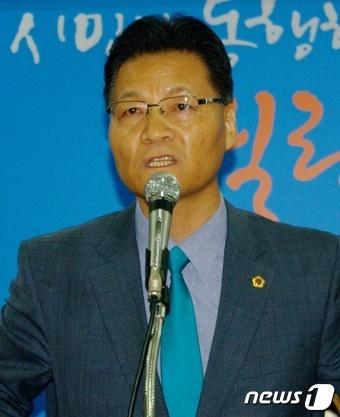 윤기식 대전시의원이 대전시의회에서 26일 기자회견을 열고 더불어민주당 탈당의 변을 밝히고 있다. [뉴스1]