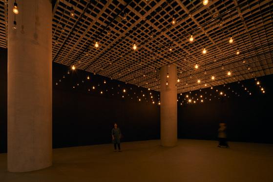 '펄스 룸'(2006)의 인터페이스는 내장된 센서를 통해 관람객의 심장 박동을 측정해 백열 전구의 빛으로 발산한다. 많은 관람객들의 심장 박동을 빛과 소리로 전하는 작품이다. [사진 아모레퍼시픽 미술관]
