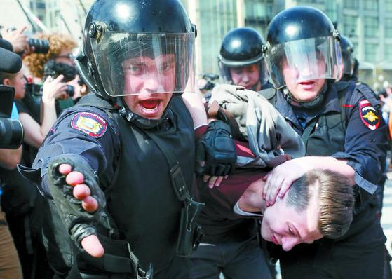 푸틴 반대 시위 1350명 연행