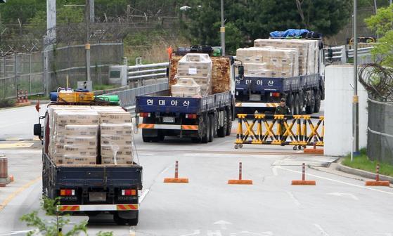 2011년 5월 23일 경기도와 인천시가 마련한 말라리아 예방 약품과 모기장등을 실은 트럭이 도라산 남북출입사무소에서 북측으로 출경하고 있다. 강정현 기자