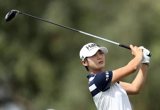 박성현이 2번 홀 티샷을 한 후 날아가는 공을 바라보고 있다.