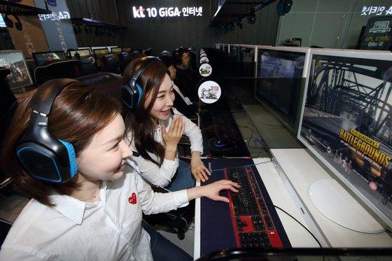 KT가 서울 송파구에 위치한 '아프리카TV 오픈 스튜디오'에 체험공간 'KT 10기가 아레나(10 GiGA Arena)'를 오픈하며 올해 9월 10기가 인터넷 전국 상용화에 박차를 가한다고 7일 밝혔다. [뉴스1]