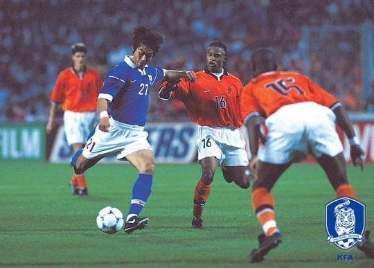 축구대표팀 공격수 이동국(왼쪽)이 1998년 프랑스월드컵 네덜란드전에서 슈팅을 때리고 있다. [사진 대한축구협회]