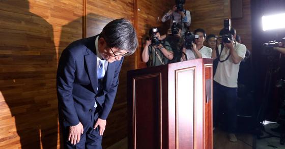 안경환 전 법무부장관 후보자가 기자회견을 열고 고개를 숙이고 있다. 김성룡 기자
