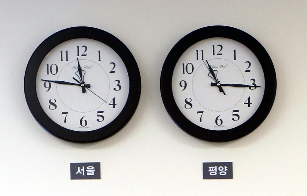 북한이 한국보다 30분 느린 자체 표준시 '평양시간'을 5일 0시부터 다시 30분 앞당겼다. 사진은 지난 4월 27일 정상회담 당일 평화의집 1층 접견실에 걸려 있던 서울과 평양 시간을 알려주는 시계. [연합뉴스]