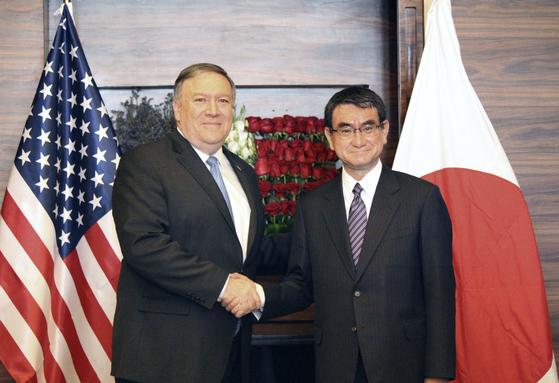 고노 다로(河野太郞) 일본 외무상(오른쪽)과 마이크 폼페이오 미국 국무장관이 지난달 30일(현지시간) 요르단 수도 암만에서 회담을 앞두고 악수하고 있다. [교도=연합뉴스]