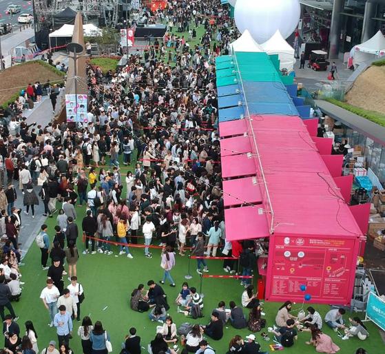 지난 2~6일 서울 강남 코엑스 일대에서 열린 C-페스티벌을 찾은 관람객들이 서울 맛집 명소가 차린 푸드트럭 앞에 길게 줄지어 서있다. [사진 코엑스]