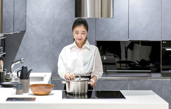 한 여성이 서울 논현동에 위치한 시그니처 키친 스위트 논현 쇼룸에서 LG DIOS 인덕션을 살펴보고 있다. 프리랜서 김동하