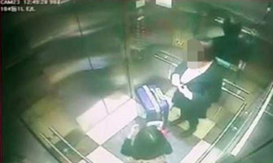 미성년자 약취, 유인 후 살인 등 혐의를 받고 있는 김모양이 2017년 3월 피해자 A(8)과 함께 엘리베이터를 탄 모습 [사진 인천연수경찰서]
