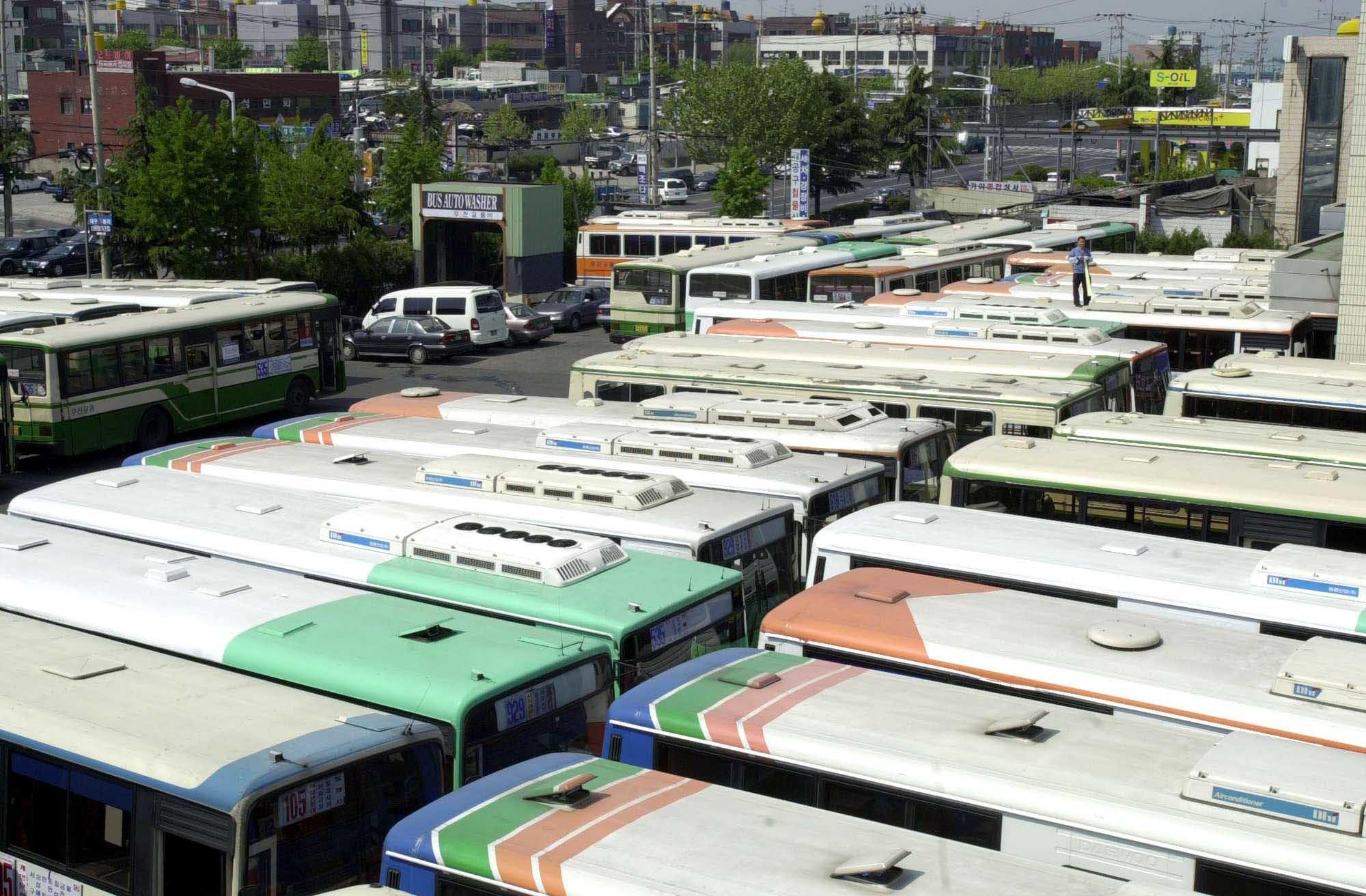7월부터 근로시간이 단축되면 상당수는 노선버스는 기사 부족으로 인해 운행 차질이 불가피할 전망이다. [중앙포토]