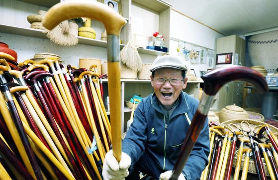충북 보은군 산외면에 사는 서재원(90)씨가 자신이 만든 옻나무 지팡이를 보여주고 있다. 프리랜서 김성태