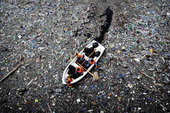 바다 위에 뜬 쓰레기 사이를 배가 지나고 있다. [중앙포토]