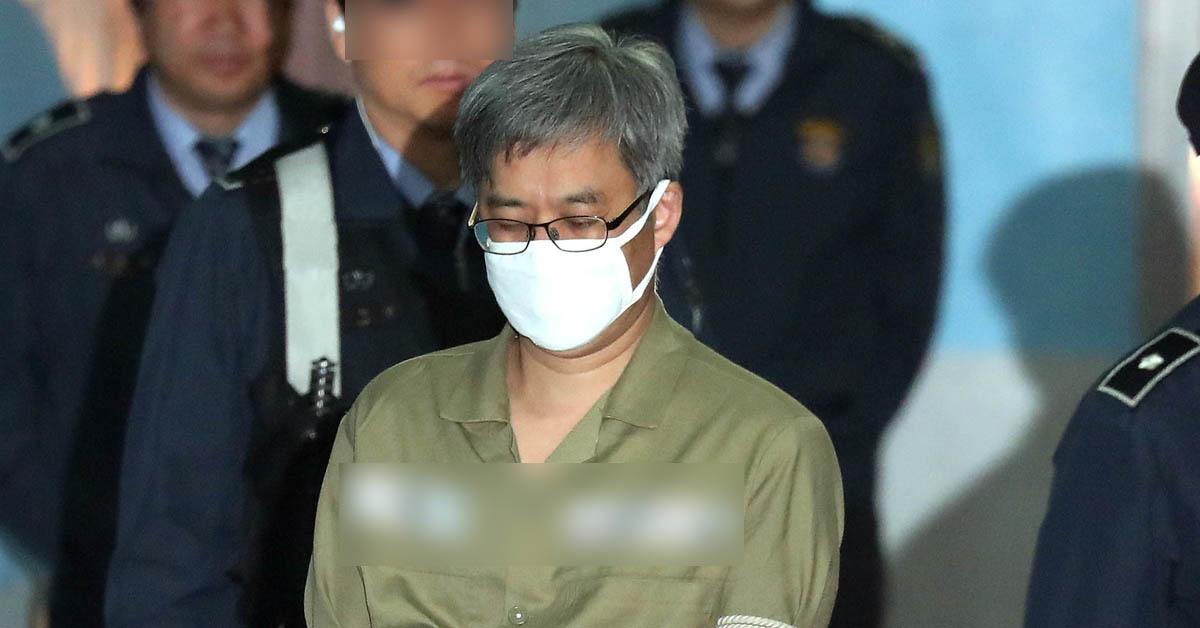댓글조작 사건으로 구속된 '드루킹' 김동원이 지난 2일 첫 재판을 받기 위해 서울중앙지법에 도착해 호송차에서 내리고 있다. 최승식 기자