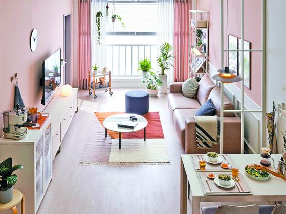 필요한 물건 같지만 집에 대체할 수 있는 물건이 있으면 사지 않는 것이 과소비를 줄이는 방법이다. [중앙포토]