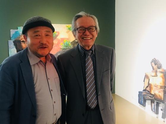 지난 4일 박수근미술관에서 만난 김진열 수상자(왼쪽)와 이건용 명예교수는 작품으로 잇는 사제의 정을 나눴다.