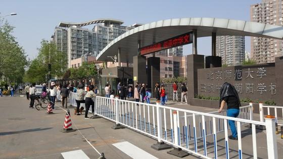 베이징의 한 초등학교 교문 밖에서 자녀들의 하교를 기다리는 학부모와 노인들 [출처: 차이나랩]