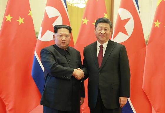 지난 3월 방중 때 시진핑 중국 국가주석과 악수하는 북한 김정은 국무위원장. [연합뉴스]