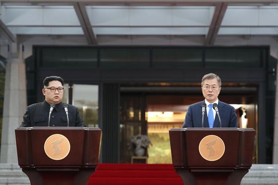 문재인 대통령(오른쪽)과 김정은 북한 국무위원장이 지난달 27일 판문점 평화의집에서 '판문점 선언'을 발표하고 있다. [청와대사진기자단]
