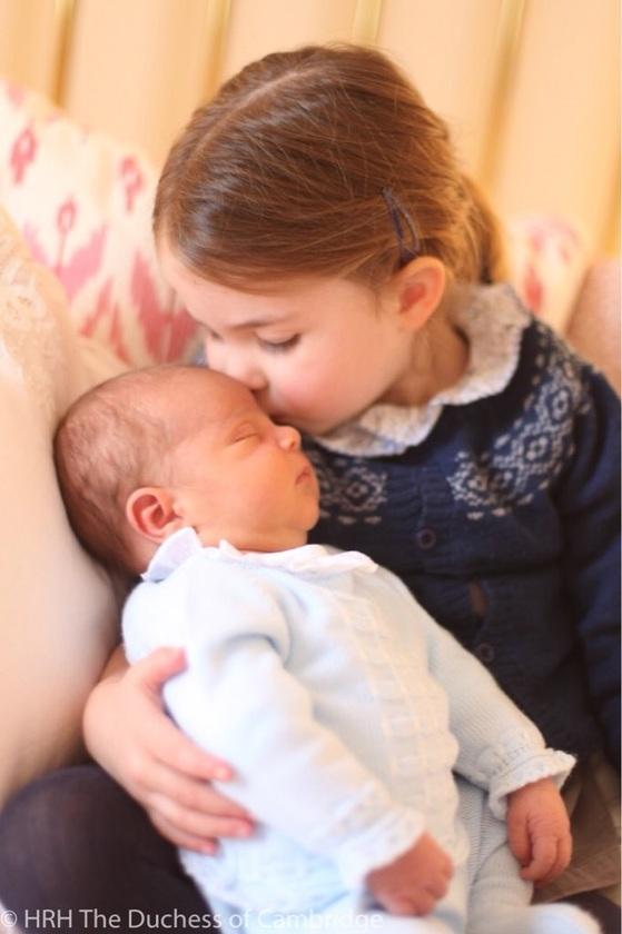 5월6일(현지시간) 영국 왕실 업무를 관장하는 켄싱턴궁은 누나인 샬럿 공주가 동생 루이 왕자를 안고 이마에 입을 맞추는 사진을 공개했다. 엄마인 케이트 미들턴 왕세손빈이 촬영한 것이다. [사진 켄싱턴궁]