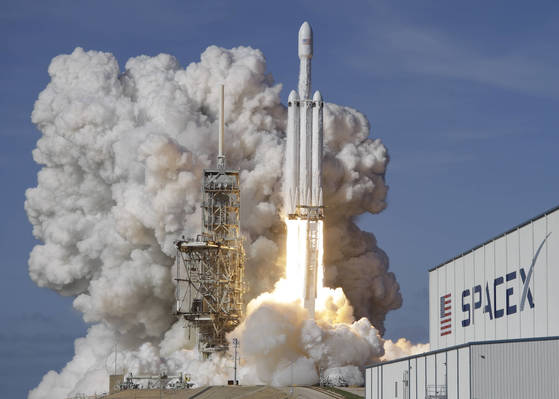A Falcon 9 SpaceX heavy rocket lifts off from pad 39A at the Kennedy Space Center in Cape Canaveral, Fla., Tuesday, Feb. 6, 2018. The Falcon Heavy, has three first-stage boosters, strapped together with 27 engines in all. (AP Photo/John Raoux) <저작권자(c) 연합뉴스, 무단 전재-재배포 금지>