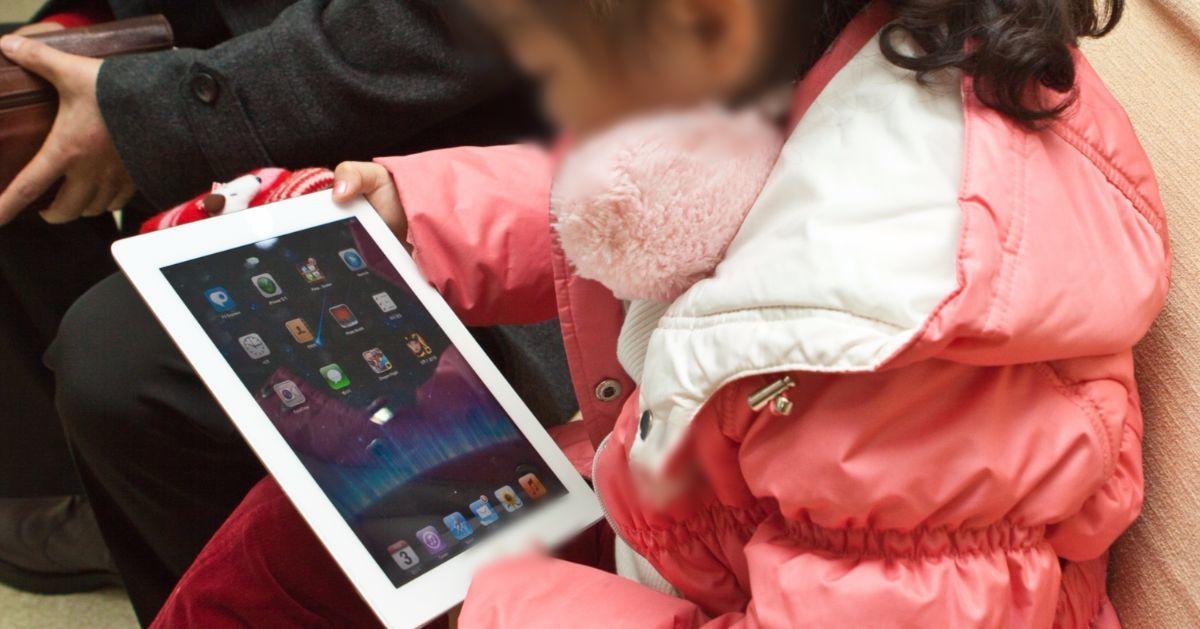 가족끼리 같은 자리에 있으면서도 디지털 기기를 손에서 놓지 않는 경우가 많다. [중앙포토]