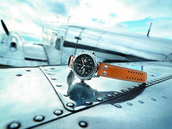 올해로 시계 브랜드 '해밀턴'이 항공시계와 인연을 맺은지 100주년이다. 이를 기념해 내놓은 한정판 '해밀턴 카키 X-윈드 오토 크로노'. [사진 해밀턴]