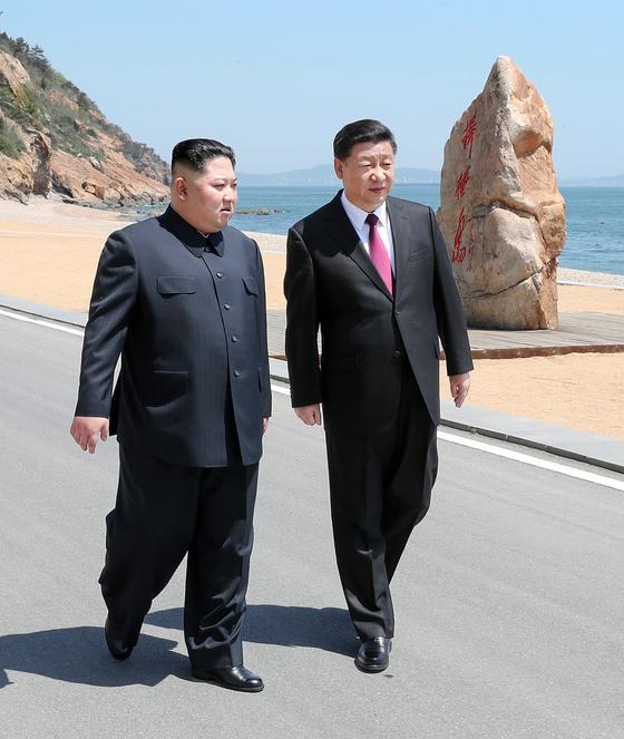 7일 중국 다롄에서 만난 김정은과 시진핑. [연합뉴스]