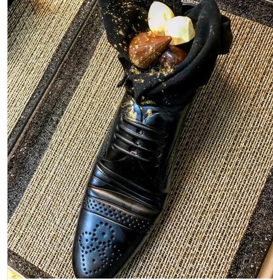 지난 2일 아베 일본 총리와 네타냐후 이스라엘 총리 부부의 만찬에 등장한 신발 디저트. 남성 구두 모양의 식기에 각국의 초컬릿이 담겼다. [세게브 모셰 인스타그램]