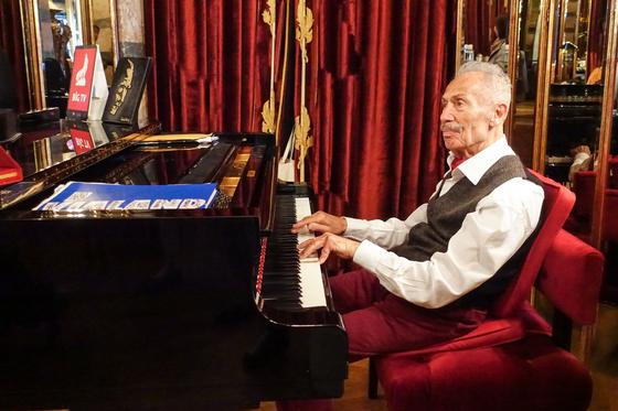 터키에서 살아있는 전설로 불리는 피아니스트 겸 재즈 가수인 일험 겐서. 그는 한국인을 보자 즉석에서 아리랑을 연주했다. 최승표 기자
