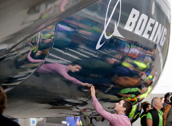 미국 워싱턴주 렌톤에 있는 보잉 공장에서 보잉의 최신 모델인 737 MAX 7를 만들고 있는 근로자의 모습. [중앙포토]