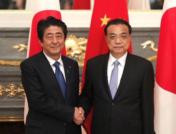 9일 정상회담에 나선 아베 신조 총리와 리커창 중국총리.[EPA=연합뉴스]