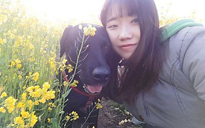 최문희씨와 즐거운 시간을 보내고 있는 오선이의 모습. [사진 카라]