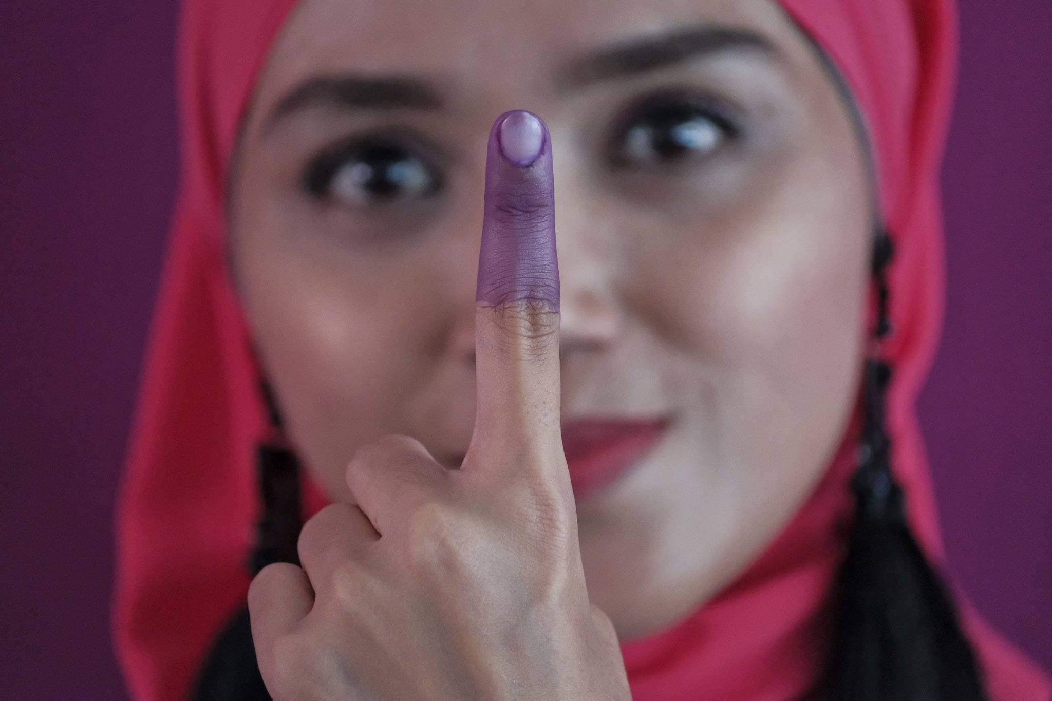 한 말레이시아 여성이 9일(현지시간) 쿠알라룸푸르에서 투표를 마친 뒤 자신의 검지손가락을 들어보이고 있다. [AP=연합뉴스]
