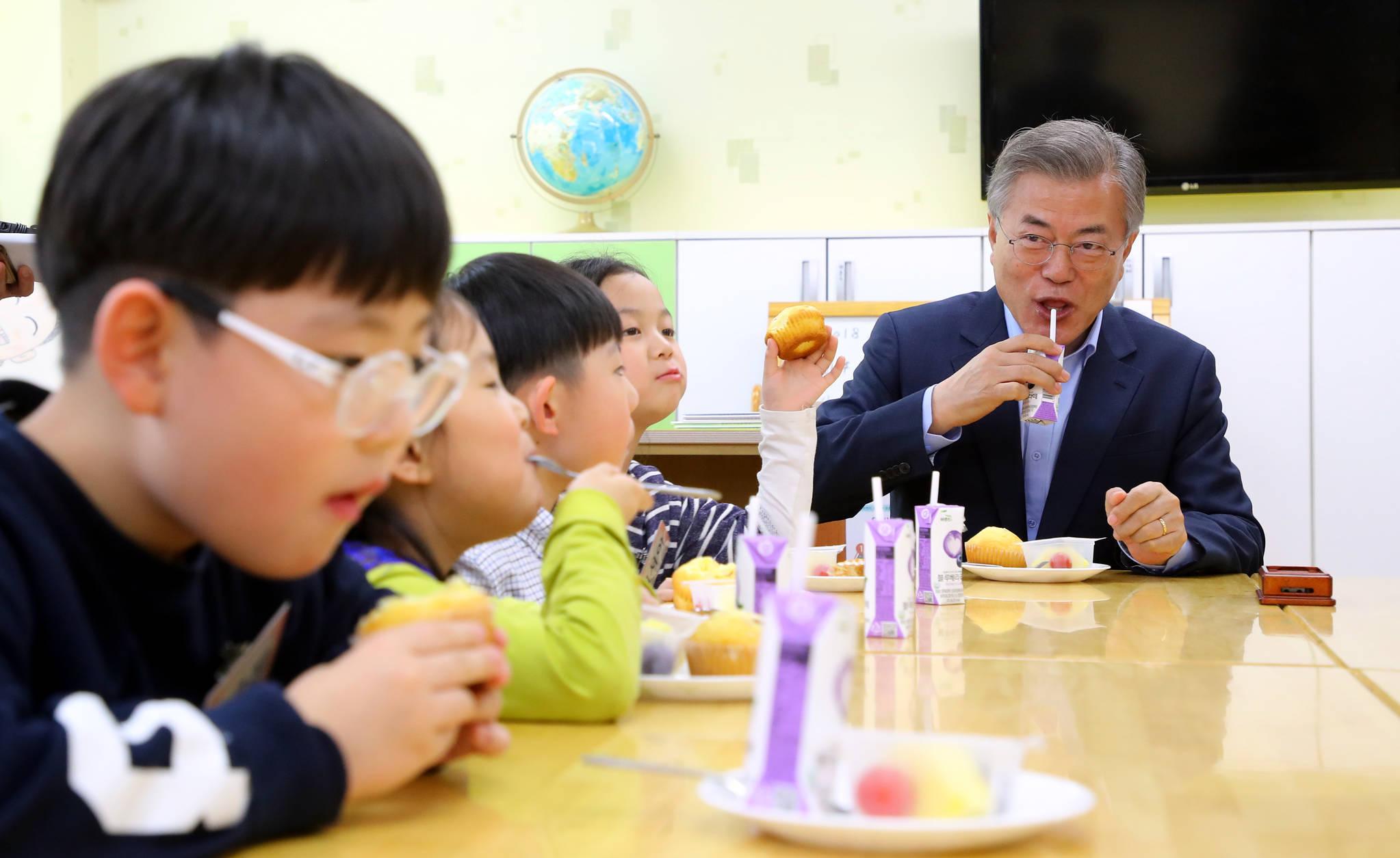 문재인 대통령이 지난달 4일 서울 경동초등학교에서 열린 온종일 돌봄 정책간담회에 앞서 돌봄교실에서 아이들과 간식을 먹으며 이야기를 하고 있다. 김상선 기자