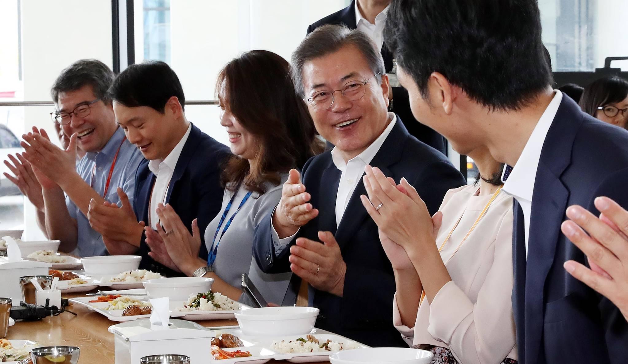 지난해 8월 31일 문재인 대통령이 부처별 업무보고를 받기위해 정부세종청사를 방문했다. 문 대통령이 구내식당에서 직원들과 점심식사를 하며 담소를 하고 있다. 김상선 기자