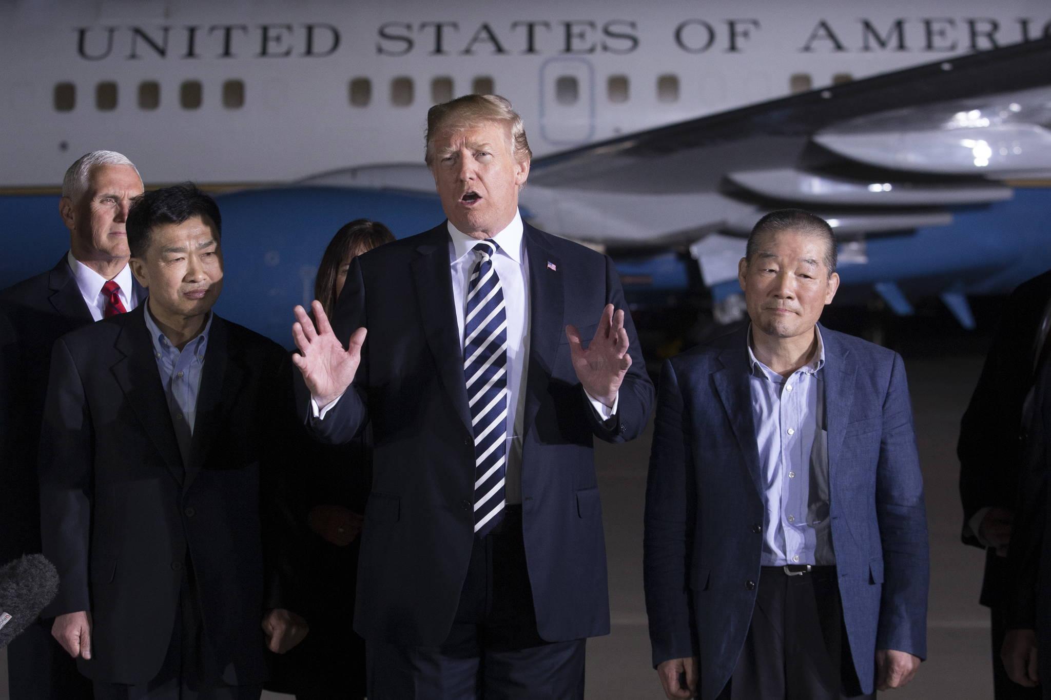 도널드 트럼프 대통령이 10일(현지시간) 환송된 북한 억류자들을 축하하고 질문에 답변하고 있다. 도널드 트럼프 대통령(가운데), 왼쪽 토니김, 오른쪽 김동철씨. [EPA=연합뉴스]
