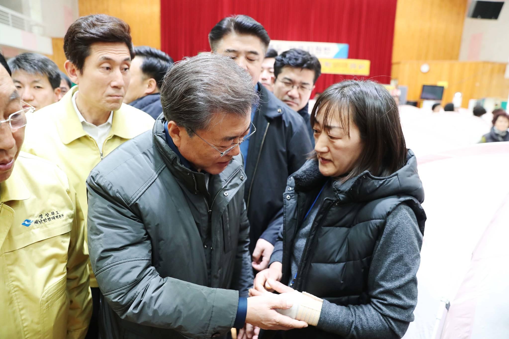문재인 대통령이 지난해 11월 24일 지진피해를 입은 포항 흥해 실내체육관을 찾아 피해 이주민들을 위로 하고 있다. 김상선 기자