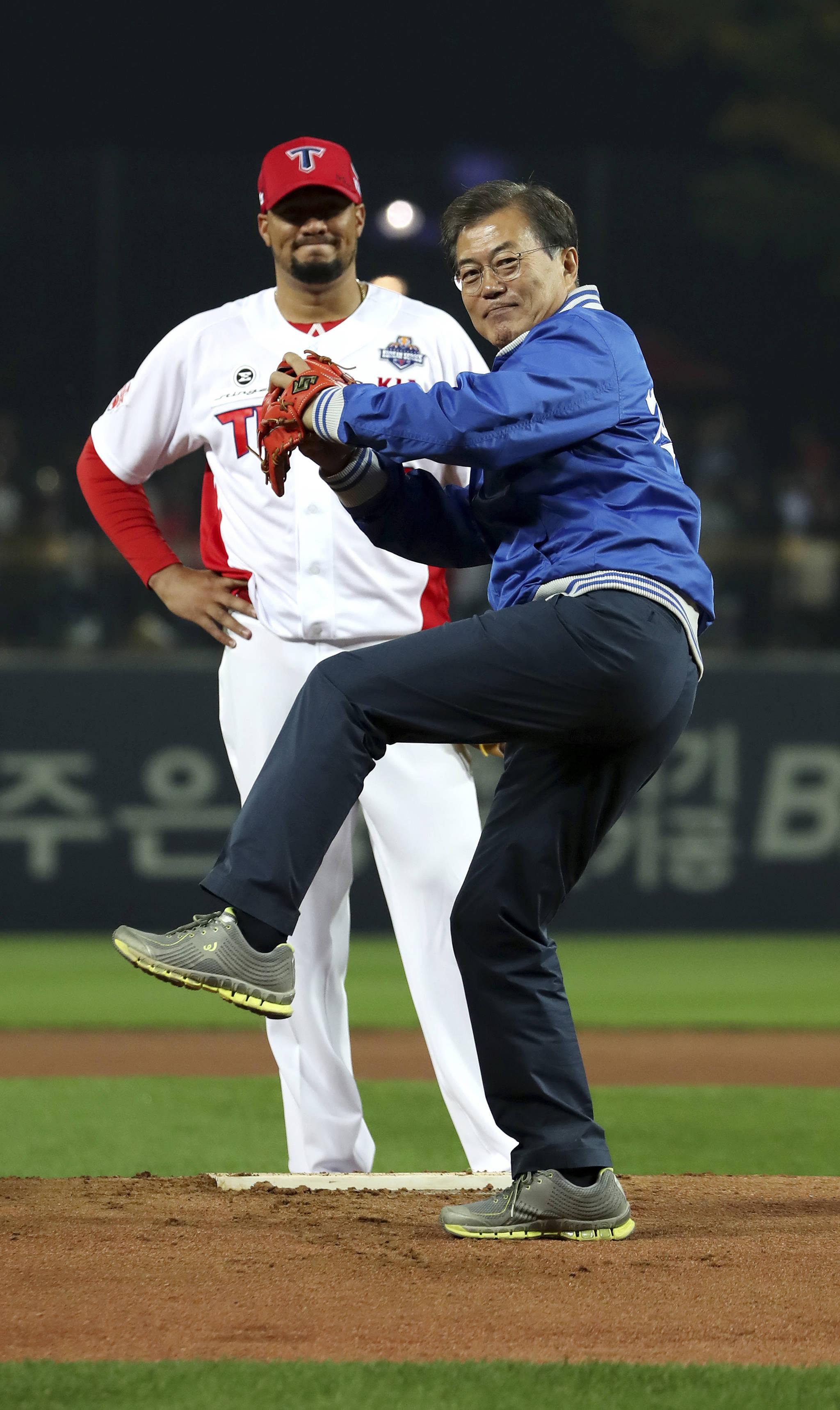 문재인 대통령이 지난해 10월 25일 광주시 기아챔피언스필드에서 열린 2017 타이어뱅크 KBO리그 한국시리즈 1차전 KIA 타이거즈와 두산 베어스의 경기에서 시구를 하고 있다. [사진 청와대]
