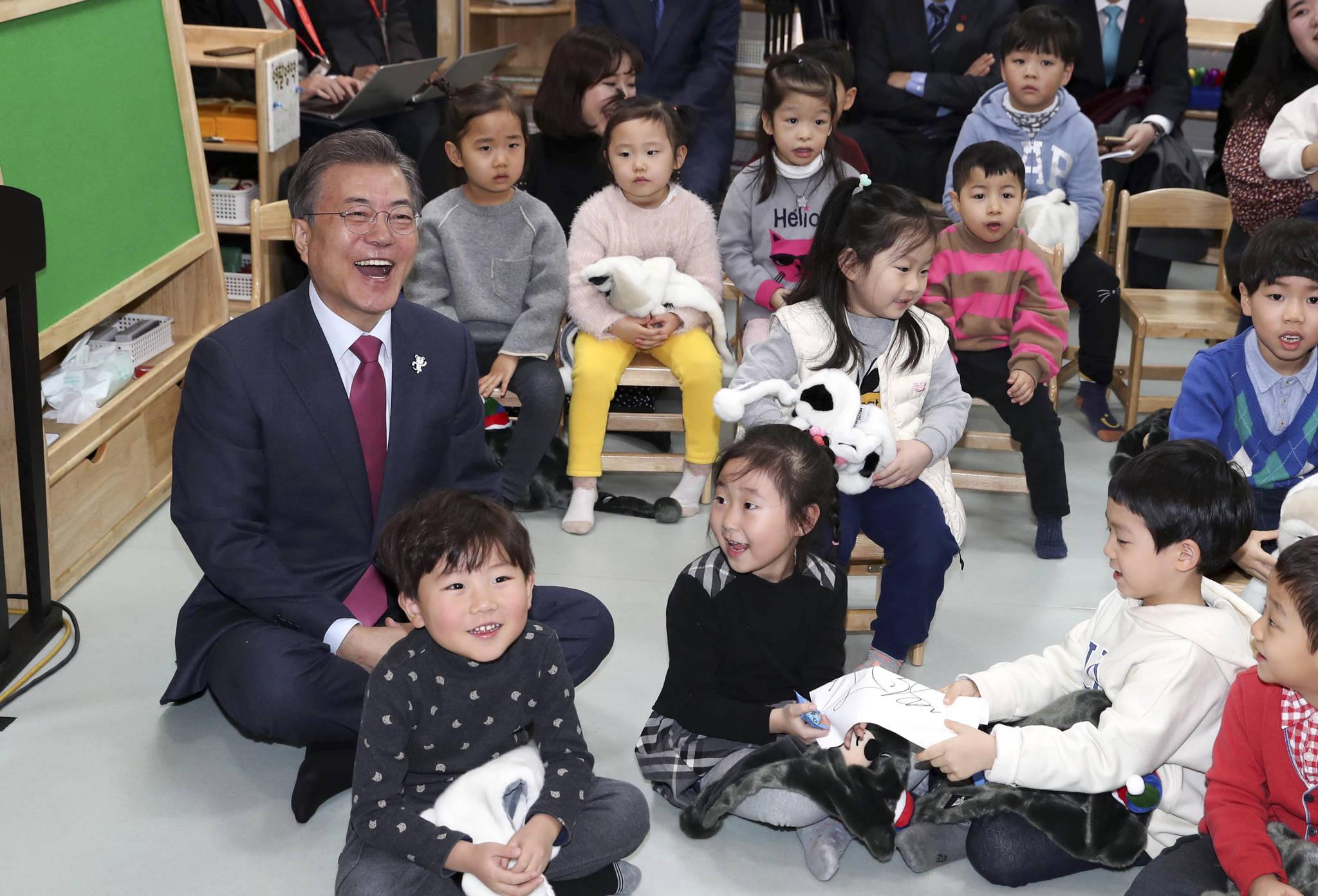 문재인 대통령이 1월 24일 서울 도봉구 한그루 어린이집에서 열린 '유아 보육교육과 저출산 문제'와 관련 학부모와 보육교사의 목소리를 듣는 행사에 참석했다. 문 대통령이 어린이들과 마술공연을 관람하고 있다. 김상선 기자