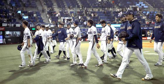 4월27일 두산에 6-2로 패한 NC 선수단이 그라운드를 나서고 있다. [연합뉴스]