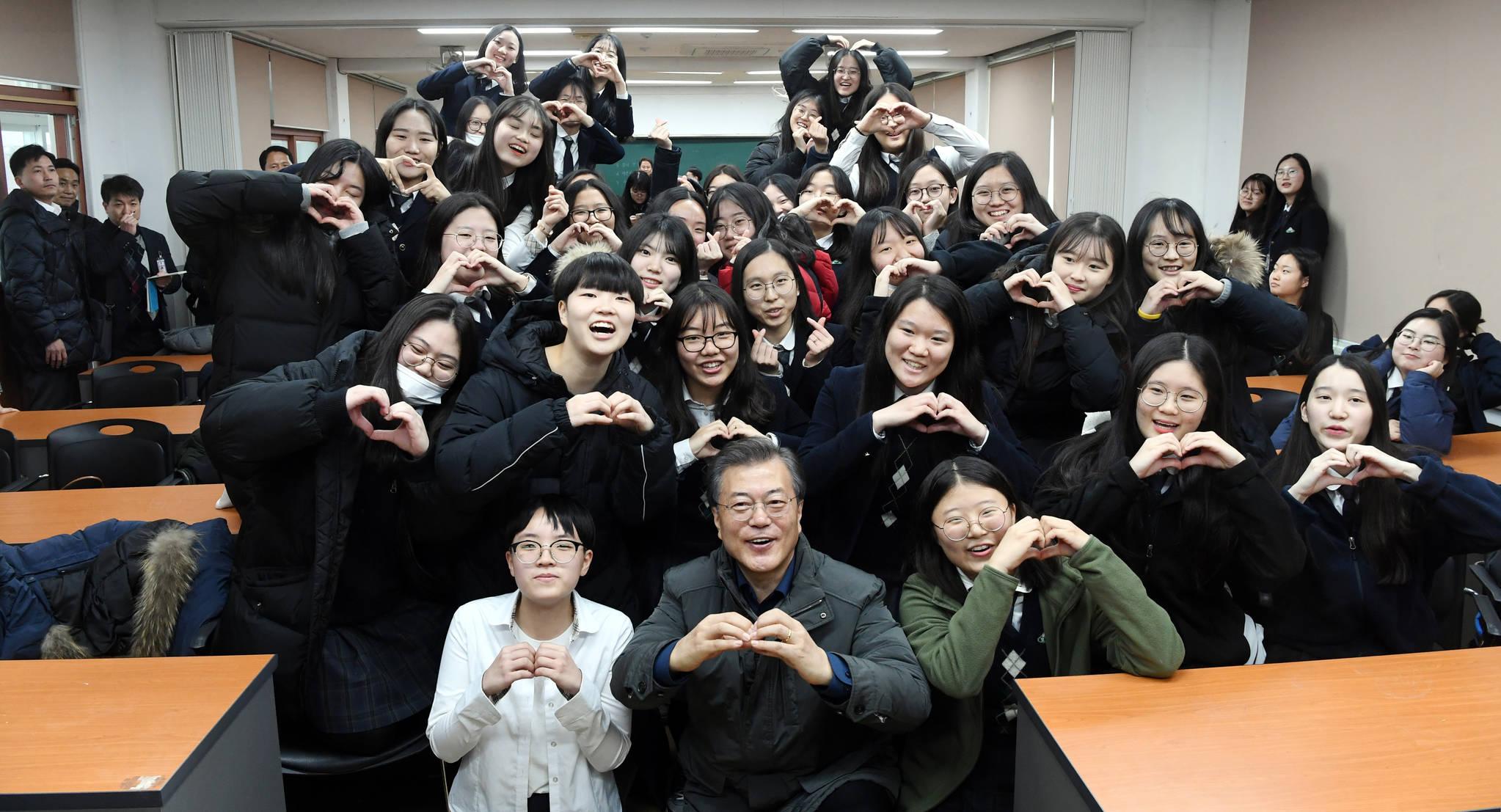 문재인 대통령이 지난해 11월 24일 지진피해를 입고 일주일 늦게 대입수능을 치른 포항여고 수험생들을 만나 격려 한후 기념사진을 찍고 있다. 김상선 기자